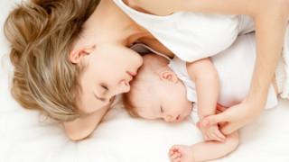 赤ちゃんと快適に添い寝をする方法