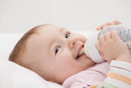 Hbsches Baby mit Flschchen